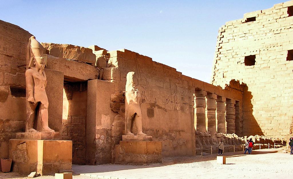 Estatuas y Esfinge de dromos (dioses Jnum o Khnum cabeza de carnero) Templo de Karnak Egipto