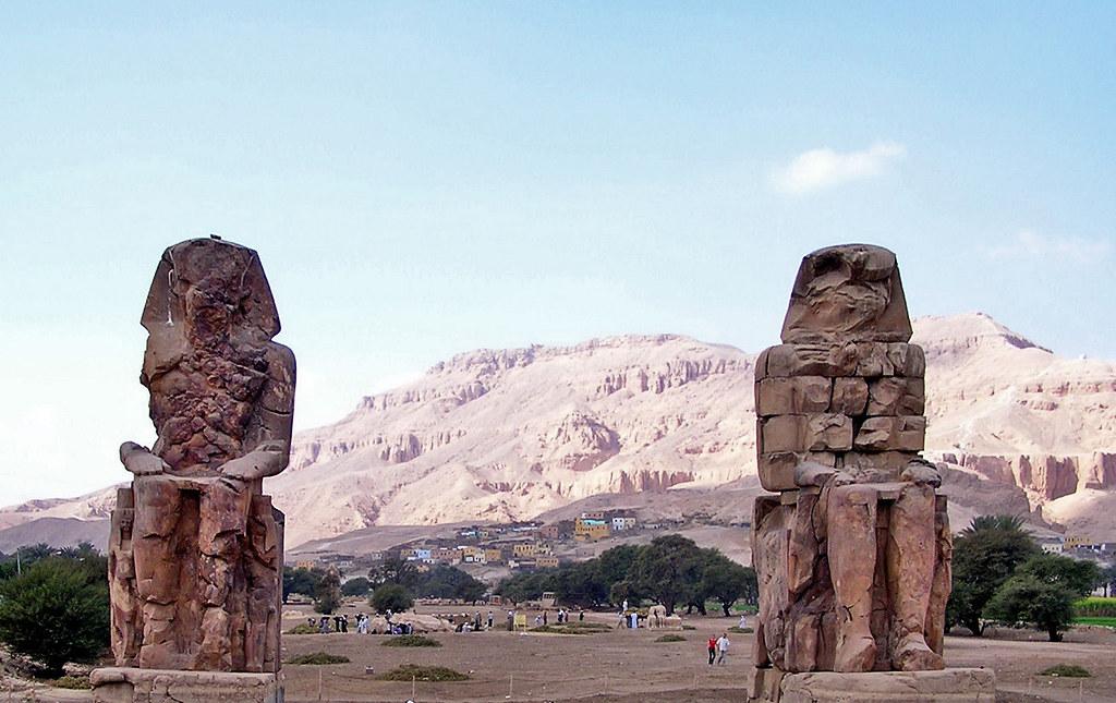 vista de los dos Colosos de Memnon Tebas Luxor Egipto