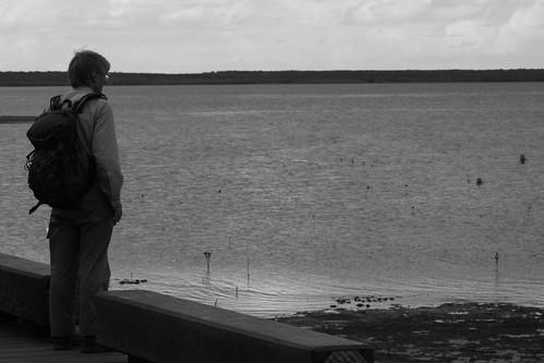 Cairns, Hombre mirando al mar.... una brujula por favor
