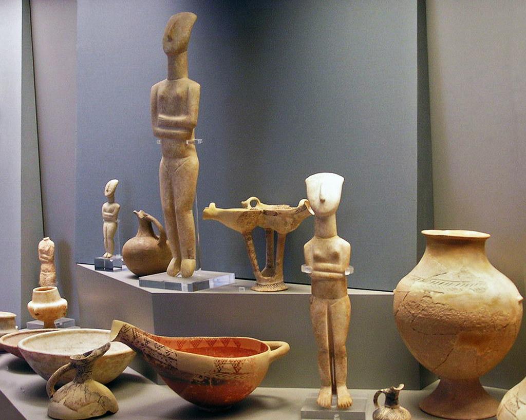 Estatuillas humanas y vasijas ceramica Museo Arqueologico Nacional de Atenas Grecia 013