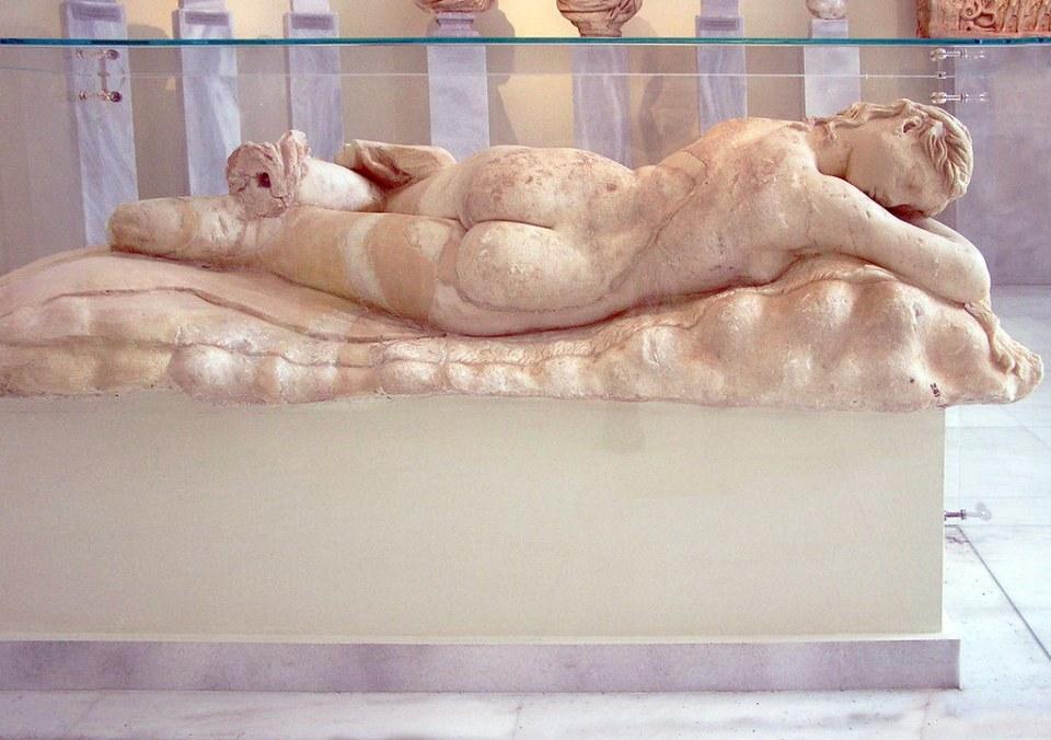 Ménade durmiendo estatua de marmol del Pentélico Museo Arqueologico Nacional Atenas Grecia 021