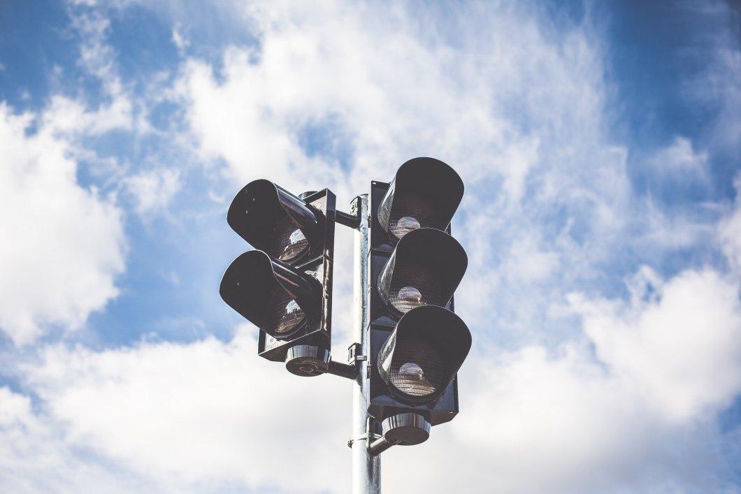 Imagen gratis de un semáforo bajo un cielo azul