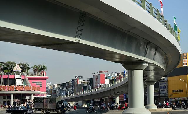Toàn bộ công trình được xây dựng bằng kết cấu thép, nhánh cầu chính có 6 trụ được hoàn thành sau 4 tháng thi công, nhanh hơn gần 2 tháng so với kế hoạch.