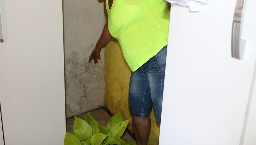 Aterro junto ao muro da APPA leva risco para casas na Vila Portuária 12