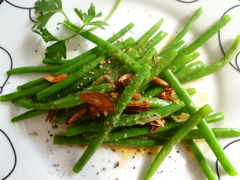 french-green-beans-with-garlic-crisps-001