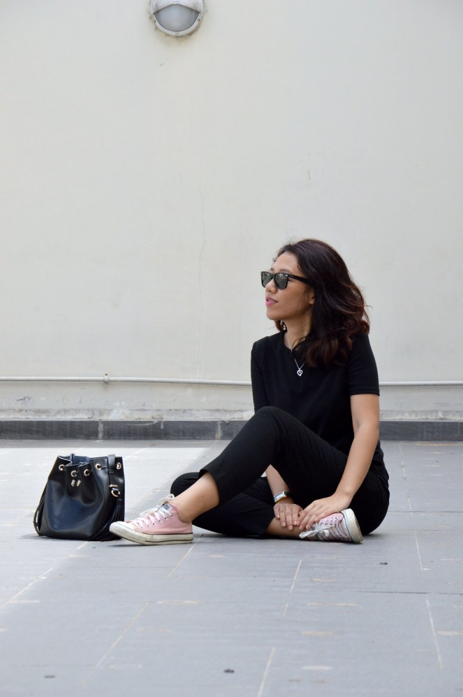 all black outfit, converse, rayban wayfarer black, pink converse, black bucket bag