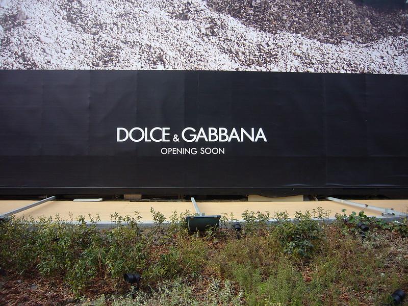 間もなく上海開店を示すドルチェ・アンド・ガッバーナの垂れ幕。2013年に中国上海市黄浦区淮海中路にて撮影。