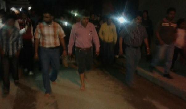 Por incumplimiento de obras, funcionarios de Chiapas son obligados a caminar descalzos