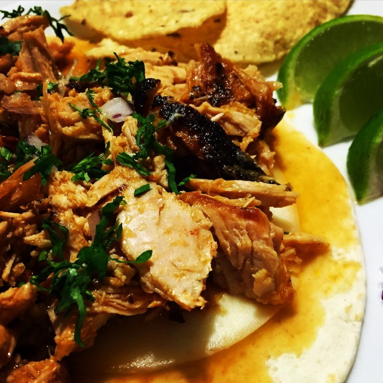 Cochinita con cebolla roja y cilantro