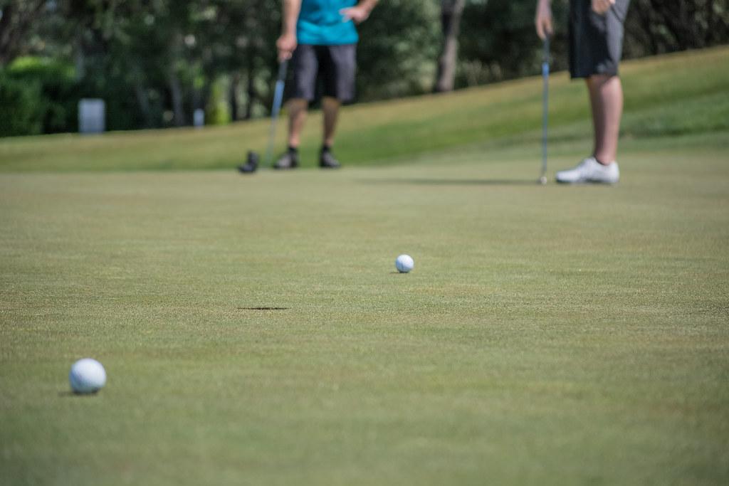 Imagen gratis de dos golfistas jugando al golf cerca del green