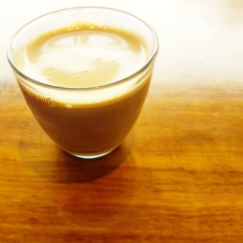 Kaffee gibt nicht so einfach auf. Was, wenn er sich auch in ein Glas hüllt? Dann würden alle sehen, dass er so viel fotogener ist als Wasser... #kaffeeversuswasser #ketoseportal #ketose #lchf #kaffee #lowcarb #ketogen #keto #coffeecup #kaffeeliebe