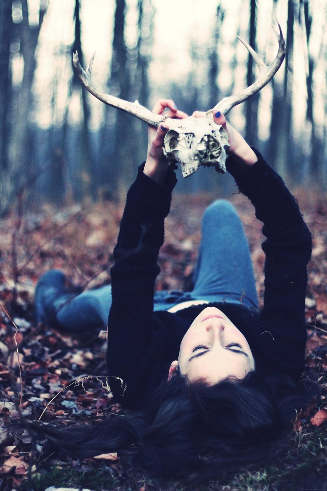 Imagen gratis de una chica tumbada en el bosque