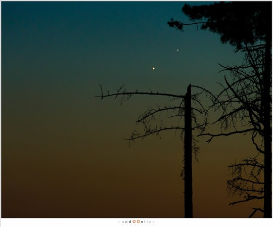 Venus en Jupiter aan de steeds donkerder wordende hemel