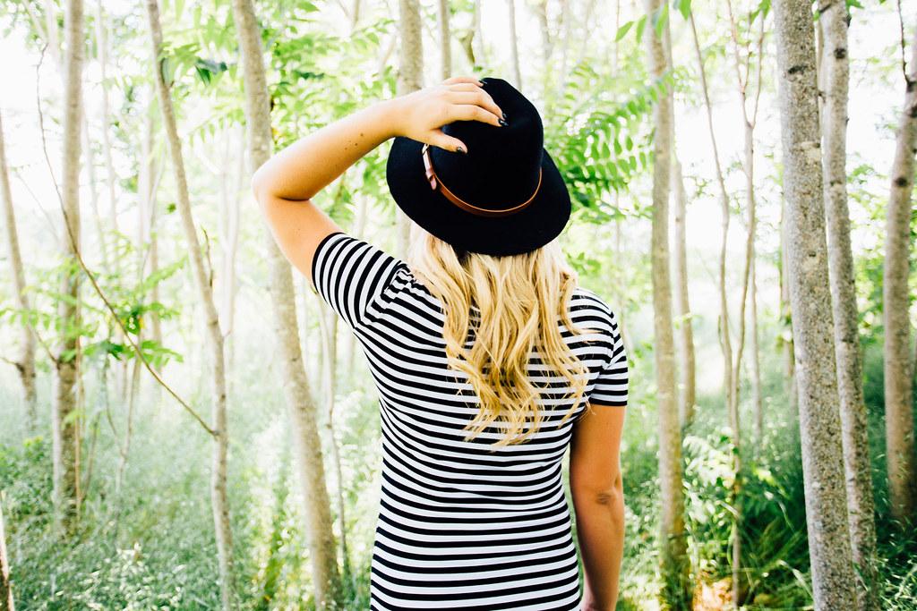 Imagen gratis de una chica con sombrero en un bosque
