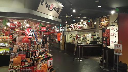 มีร้านทาโกะยากิ และร้านขายสินค้าที่เกี่ยวกับทาโกะยากิ
