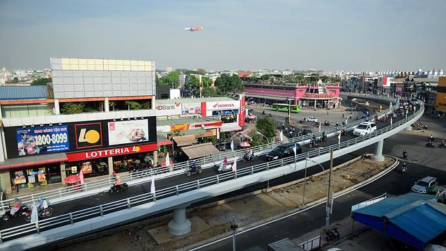 Công trình xây dựng cầu vượt bằng thép dạng chữ Y gồm 2 nhánh cầu, trong đó nhánh cầu 1 hướng đường Nguyễn Oanh - Nguyễn Kiệm (quận Gò Vấp) dài 240,7 m, rộng 6 m, trong đó phần cầu trên đường Nguyễn Oanh rộng 11,5 m đã được hoàn thành.