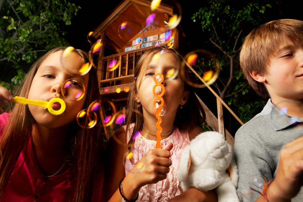 Imagen gratis de niños haciendo pompas de jabón