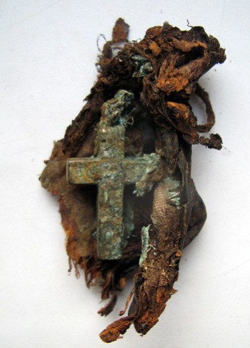 8. Srebrny krzyż w tekstylnym etui