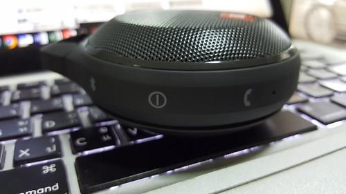 ด้านขวามีไมโครโฟน ปุ่ม Power ปุ่ม Bluetooth และปุ่มรับและวางสาย