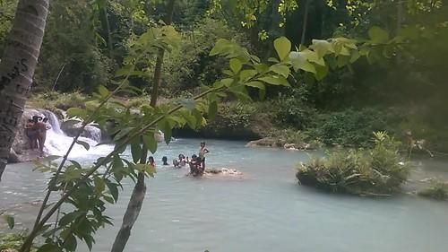 Filipinos en las cascadas de Cambugahay