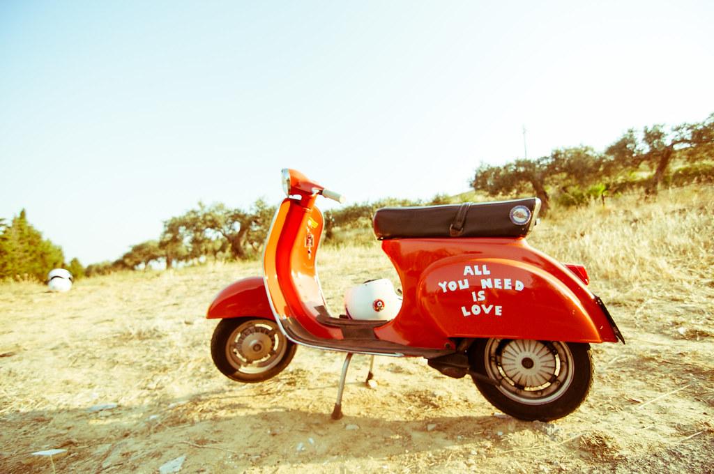 Imagen gratis de una moto Vespa roja en el campo