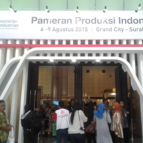 Pintu masuk Pameran Produksi Indonesia @ppi2015 hari ini tampak ramai menjelang dibuka secara resmi oleh Menteri Perindustrian dan Gubernur #JawaTimur. Aneka Produk Unggulan dari berbagai wilayah  daerah Indonesia dipamerkan sebagai upaya mempromosikan ha