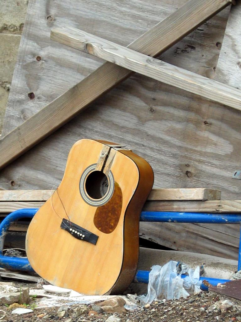 Discarded Guitar - Carroll Street 6/6/06