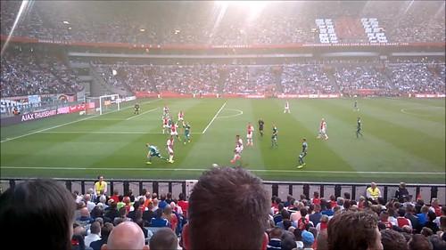 Jugada defensiva cerca del comienzo del partido