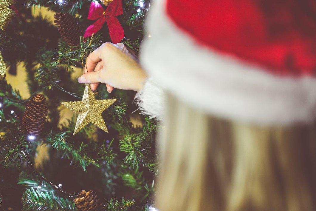 Imagen gratis de una chica decorando un árbol de navidad