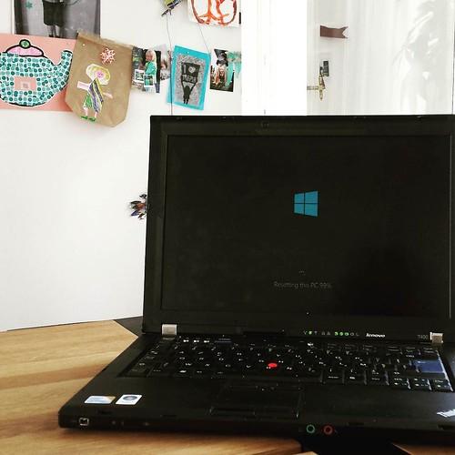 """""""Resetting this PC"""" ... voor de zoveelste keer. Ik vrees dat zijn einde nabij is. Maar door wat vervang ik hem best. #frustrerend #computerproblems"""