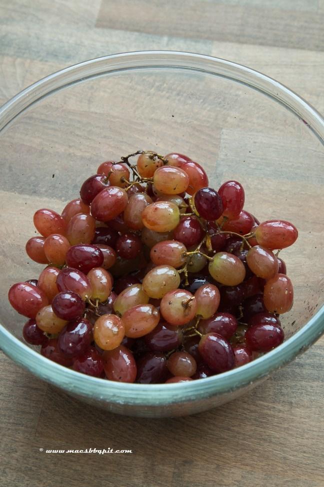 Poussin met rode druiven en rozemarijn