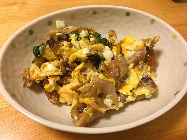 鶏皮と卵の炒めもの