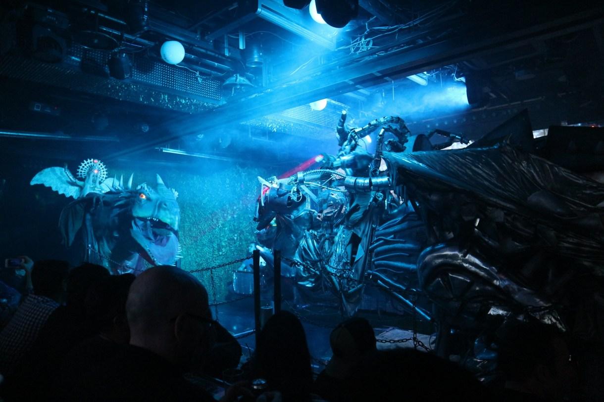 Robot Restaurant Tokyo. Espectáculo de cyberpunk bizarro, surrealista y kitsch en Japón.