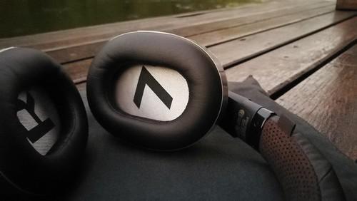 หูฟังของ Plantronics BackBeat Pro 2 จะเป็นแบบวางรีเม็ดยาแคปซูล เข้ากับลักษณะของใบหู