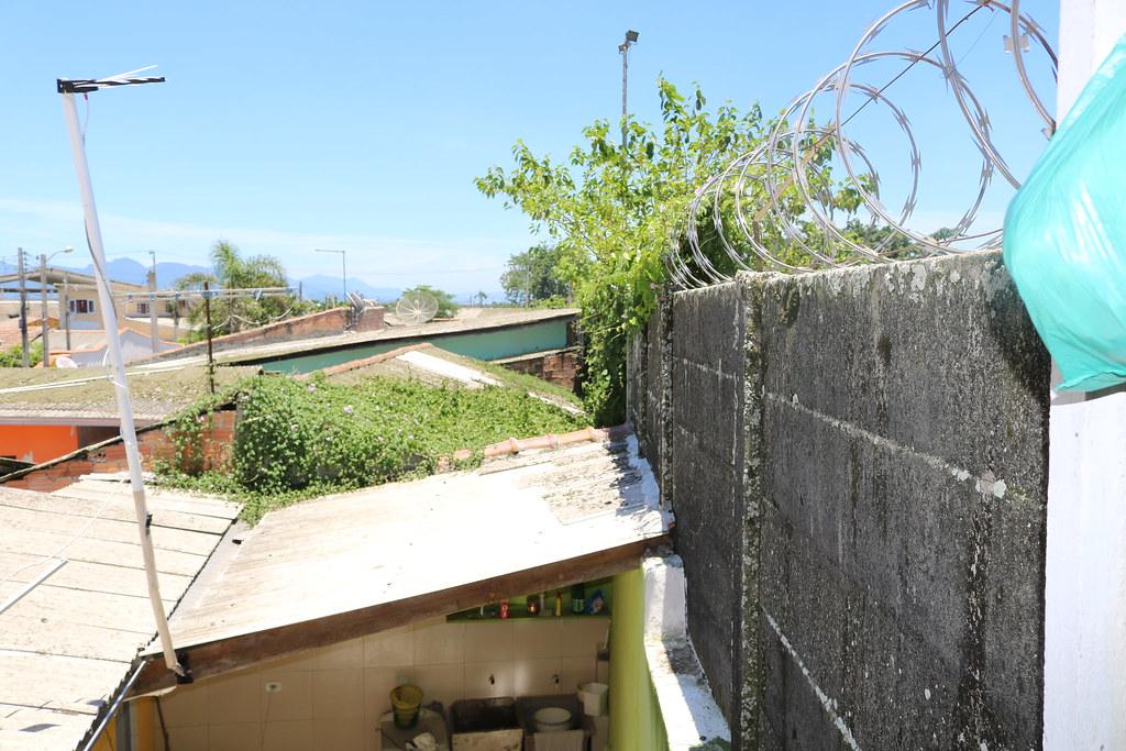 Aterro junto ao muro da APPA leva risco para casas na Vila Portuária 9