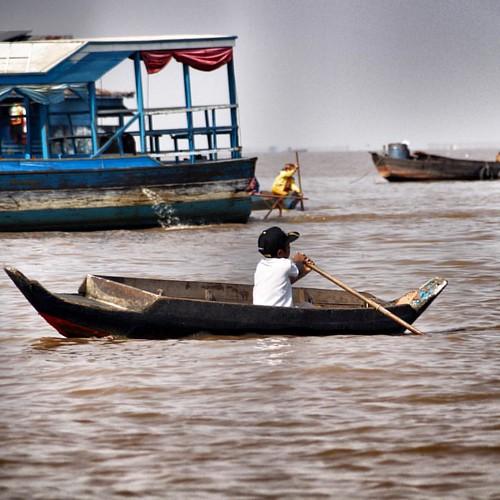 Cambodian kid in a boat on the Tonle Sap lake. www.carnets-yann.com  #Cambodia #cambodge #angkor #tonlesap #siemreap #travelgram #travellushes #travelphotography #geo #feelmodetravel #voyageursdumonde #natgeo #lonelyplanet #lake #kid #photooftheday #photo
