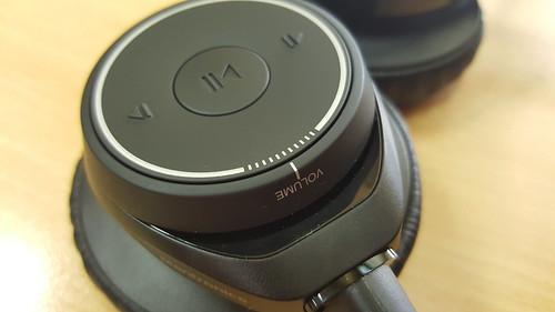หูฟังอีกข้างมีปุ่มควบคุมการเล่นเพลง และเป็น Jog dial ปรับระดับเสียงในตัว