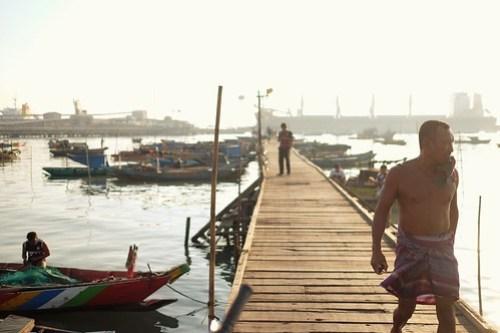 Finally home, after all night long sailing the ocean #nelayan #indonesia #gresik #lumpur #streetphotography #captureonstreet #terfujilah #fujifilm #xf23mm