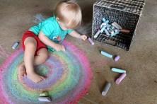 https://pixabay.com/da/barn-toddler-dreng-regnbue-kridt-885831/