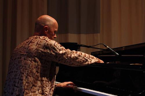 Arne Forsén spelade piano både på tangenter och direkt på strängarna