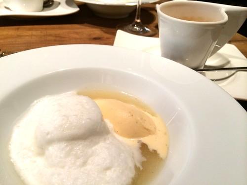 ココナッツのブランマンジュと洋梨のソース@アトリエ・ド・アイ