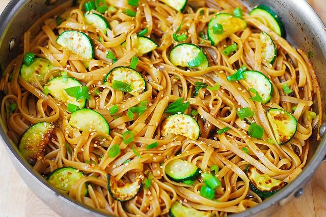 la combinación de fideos fettuccine libre de gluten con el calabacín en salsa asiática tailandesa