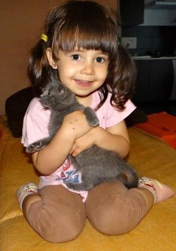 alexia si pisica mica