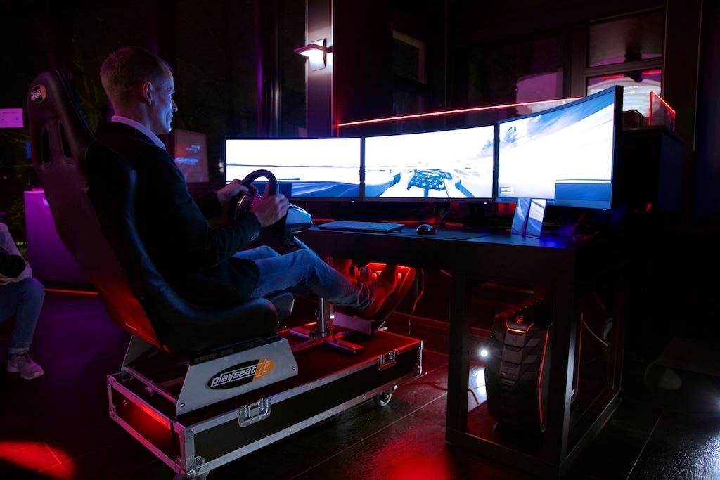 Knappe Acer Predator setup met 3 monitoren voor de fans van race games!