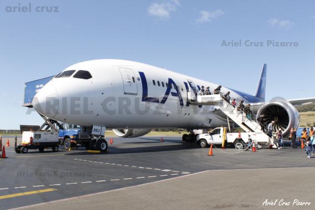 LAN - Isla de Pascua (IPC) - Boeing 787-8 Dreamliner CC-BBJ