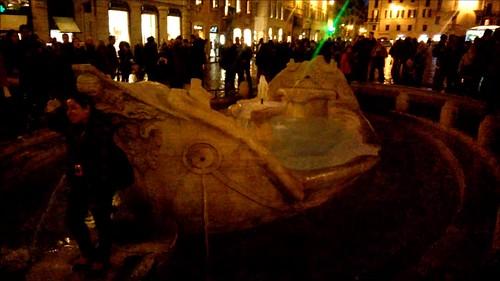 Piazza di Spagna de noche con la escalinata cerrada