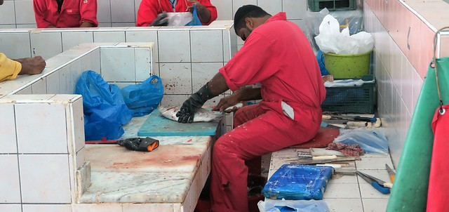 souk fish market abu dhabi slicing
