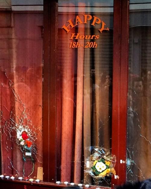 "Paris10, rue Alibert, façade de l'absurde et de l'horreur du restaurant ""Le Carillon"""