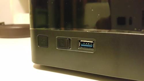 ปุ่มเปิดเครื่อง ปุ่มก็อปปี้ไฟล์ และพอร์ต USB 3.0