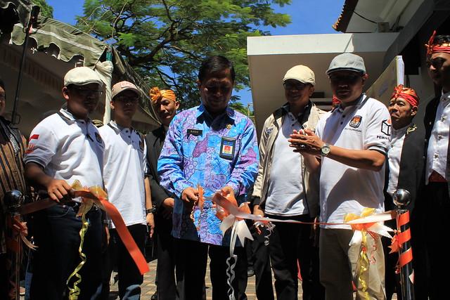 Rudi Christianto Kepala Bakesbangpol di dampingi komisioner KPU Tulungagung saat membuka acara Bazar Pilkada Tulungagung 2018 di Balai Rakyat (16/3)